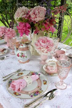 Dream Shower -Aiken House & Gardens: Garden Terrace Lunch - Lovely table