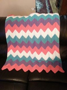 Chevron crochet baby blanket Pattern: http://www.miracleshappen.us/patterns/CrochetRippleBabyBlanket/