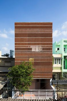 SDA. Sanuki Daisuke architects combined different patterns of terracotta blocks to create a characteristic façade and an outside space in the courtyard which makes use of natural ventilation and passive cooling by shading #façade