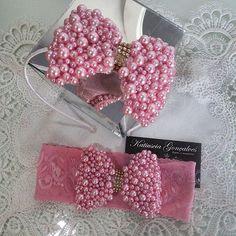 Tiara e faixa de pérolas rosa!  #katiusciagoncalves #acessoriosdivos #acessoriosdeluxo #bordado #osnossosdetalhesfazemtodaadiferença #lacosbordadoscomperolas #laços #baby #instababy #detalhes #corderosa #rose by katiusciagoncalves