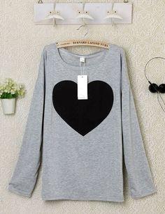 """Camiseta larga """"Black heart""""  Color: camiseta gris, corazón negro. Precio en euros: 10€ Consultar tallas. Envío gratuito a todo el mundo."""