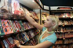 Magazinele de tip sex shop comercializeaza o gama variata de jucarii si accesorii erotice destinate adultilor, produse ce ajuta la condimentarea vietii sexuale si la evitarea monotoniei in cuplu. Spre deosebire de magazinele clasice, cele online sunt mai usor de accesat, asigura discretie atat atunci cand comandati cat si la livrare. Confidentialitatea clientilor la comenzile este de 100%
