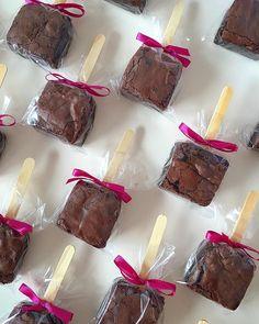 """220 Likes, 21 Comments - Zé Pereira & Maria Amêndoa (@zepereiraemariaamendoa) on Instagram: """"Brownie no Palito! Novidade deliciosa do #ZPMA  Encomende com a gente! delicia@zpma.com.br   98…"""""""