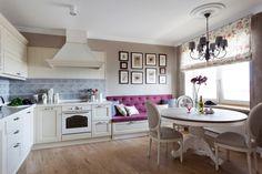 Bílá kuchyně má šedé obklady i polstrování židlí.