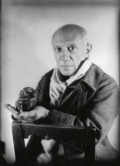 Picasso and the Owl. I saw this photo as part of a small Picasso exhibit in Antibes, France this summer. Pablo Picasso, Kunst Picasso, Art Picasso, Picasso Paintings, Henri Rousseau, Henri Matisse, Georges Braque, Paul Gauguin, Famous Artists