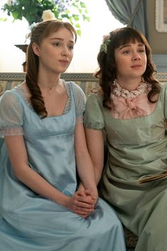 Eloise's Modern Shag Hairstyle on Netflix's Bridgerton Yellow Lace Dresses, Blush Dresses, Flower Girl Dresses, Silver Gown, Gold Gown, Opera Dress, Phoebe Dynevor, Comedia Musical, Peach Gown