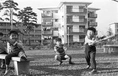 昭和36年、東京郊外の公団住宅ひばりヶ丘団地の公園で遊ぶ子供たち(1961年05月撮影) 【時事通信社】