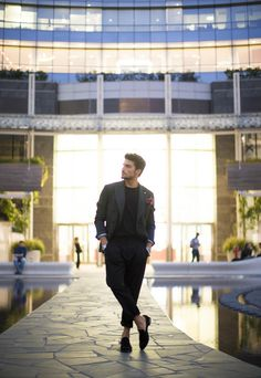 GREEN LIKE BLACK - one simple italian style look by Mariano DI Vaio in Milan during the night. When green turns out to be black. Mdv Style, Street Style Magazine, Italian Style, Milan, Men's Fashion, Normcore, Green, Collection, Black