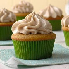 This is a wonderful recipe I discovered and changed a bit to suit my taste. I love the flavor of pumpkin and the cinnamon makes ordinary cream cheese frosting extra special. When I made a batch for … Christmas Desserts Easy, Thanksgiving Desserts, Fall Desserts, Just Desserts, Potluck Desserts, Xmas Food, Christmas Cupcakes, Party Desserts, Christmas Treats
