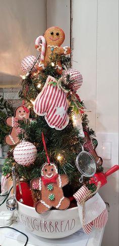 Gingerbread Christmas Decor, Gingerbread Decorations, Christmas Holidays, Christmas Ideas, Christmas Wreaths, Christmas Decorations, Xmas, Christmas Tree, Ginger Babies