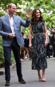 Nesta semana tivemos looks bem variados – do mais casual (calça jeans e camiseta) ao mais formal (vestido longo). Porém o destaque ficou com a sempre elegante Duquesa de Cambridge.