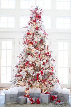 White Christmas Tree Decorations, Elegant Christmas Trees, Traditional Christmas Tree, Christmas Tree Design, Christmas Home, Christmas Tunes, Winter Christmas, Christmas Ideas, Country Christmas
