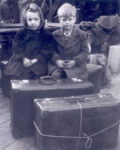 Niños con maletas aguardan para salir de España al final de la Guerra Civil.