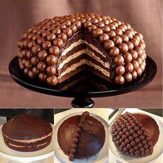 La Torta Maltesers è una golosa torta al cioccolato farcita di crema diplomatica e ricoperta da praline di wafer e cioccolato. La torta prende il nome dalle Maltesers che sono delle praline di wafer ricoperte di cioccolato!