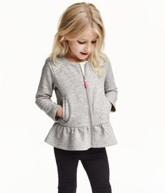 Long-sleeved cardigan in sweatshirt fabric with a zip at the front, side pockets and a flounce at the hem. The cotton in the cardigan is organic. Winter Outfits For Girls, Kids Outfits Girls, Trendy Outfits, Girl Outfits, Kids Girls, Winter Kids, Little Girl Dresses, Fashion Kids, Fashion Clothes