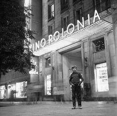 """fot. Kino """"Polonia"""" przy Marszałkowskiej 1971 r., Grażyna Rutowska, źr. Narodowe Archiwum Cyfrowe. Warsaw Guide, Old Photography, Warsaw Poland, Ppr, Art And Architecture, Hungary, City Photo, Places To Visit, Street"""