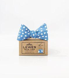 Noeud papillon pour homme millésime bleu en coton avec des coeurs Ivoire charmants imprimé, auto papillon, fait à la main du tissu de coton. Absolument magnifique pour un mariage d'été ! Réglable pour sadapter à cou tailles 15- 18.  Chaque noeud Lewes est fabriqué dans un nombre limité de tissus vintage à la main. Chaque noeud est emballé dans une boîte de cadeau de style vintage faite de papier recyclé.  Il est idéal pour de nombreuses occasions comme les mariages, bals de finissants…