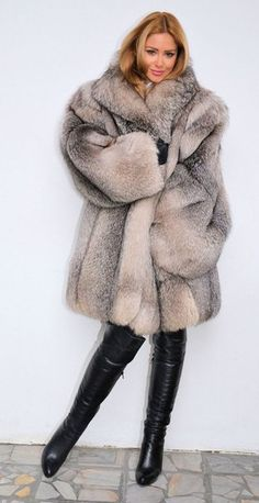 This is a lovely coat. I have one very similar - a little darker - and will also be making a crystal fox coat for somebody soon, I hope! Fur Fashion, Look Fashion, Winter Fashion, Womens Fashion, Fox Fur Jacket, Fox Fur Coat, Fur Coats, Botas Sexy, Fabulous Furs