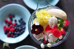 Edible Flowers and Greens Smoothie | creative ways to give (edible!) flowers on the lululemon blog