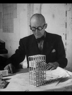 Ogni mattina mi sveglio nei panni di un imbecille e cerco per tutto il giorno di uscirne. (Le Corbusier) | #designer #quote |