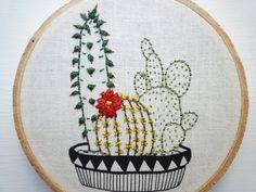 Pas besoin d'amis pour arroser vos plantes maintenant. A l'air mignon avec des amis de cactus (voir image 4 pour exemple-vendu séparément). Détails : -cercle à broder 4 pouces -Image de fond imprimé en charbon de bois sur le coton crème graines naturel -Cousu dans les verts, rouges et jaunes à la main plantes -Signé au verso -Prêt à accrocher de perle en bois