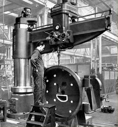 Archdale Machine Tools - Oh to have a home shop with one of these. or a Bridgeport. ~No pitch axis, but makes roll on the Bridgeport look sissy. Great page w big pics. Antique Tools, Old Tools, Vintage Tools, Industrial Machinery, Heavy Machinery, Milling Machine, Machine Tools, Machine Age, Metal Working Machines