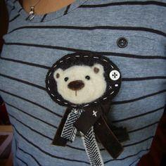 Jolie broche en laine bouillie marron et petit ours en laine cardée beige avec ruban, pièce unique