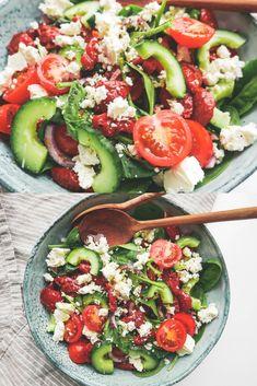 Greek salad with feta cheese and sun-dried tomatoes, Easy Salad Recipes, Easy Salads, Veggie Recipes, Healthy Recipes, Salad Menu, Salad Dishes, Waldorf Salat, Cottage Cheese Salad, Feta Salat