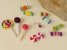 Diese Bonbons und Lollis sind perfekt für den Kaufladen oder die Spielküche. Sie bringen das Kinderherz zum Strahlen. Je nach Farbgestaltung können auch bestimmte Lieblingsbonbons und Lollis gehäkelt werden. So wird jedes Stück zu einem Unikat. Sie e