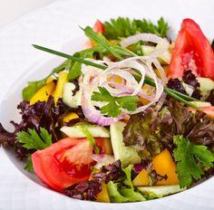 Salat mit Tomaten, Gurke, Paprika und Zwiebe