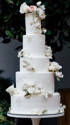 Possibly The Prettiest Wedding Cakes Ever Wedding cakes are an iconic part of a big-day reception. There's nothing like a beautiful wedding cake, that looks almost too pretty to cut into. Types Of Wedding Cakes, Pretty Wedding Cakes, Small Wedding Cakes, Black Wedding Cakes, Wedding Cakes With Flowers, Wedding Cake Designs, Wedding Themes, Wedding Colors, Cake Wedding