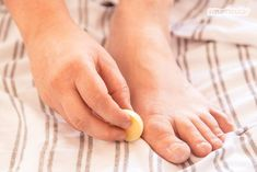 Feste Fußpflege-Bars für die schnelle Pflege nach der Dusche oder einfach zwischendurch - Zwei einfache Rezepte mit natürlichen Zutaten. Doterra, Body Lotion, Beauty, Lotions, Turmeric For Cancer, Health Remedies, Homemade Cosmetics, Health And Wellbeing, Organic Beauty