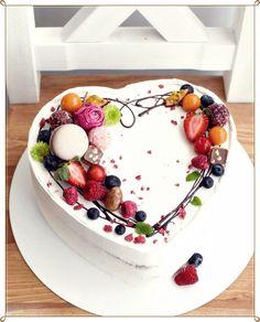 Elegant Birthday Cakes, Pretty Birthday Cakes, Pretty Cakes, Fruit Birthday Cake, Cake Decorating Designs, Cake Decorating Techniques, Cake Designs, Food Cakes, Cupcake Cakes