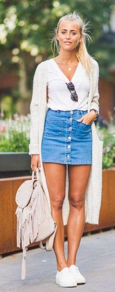 джинсовая юбка, белый свитер, длинный шерстяной кардиган, кеды Vans