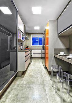 Muitas plantas de apartamentos pequenos reservam um espaço comprido e estreito para a cozinha. Aprenda a decorar o ambiente e driblar a falta de espaço
