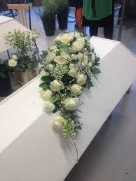 Bildresultat för kistdekoration grön-vit Inexpensive Flower Arrangements, Basket Flower Arrangements, Funeral Floral Arrangements, Remembrance Flowers, Memorial Flowers, Casket Flowers, Funeral Flowers, Cemetary Decorations, Floral Umbrellas