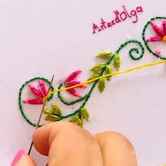 Borde Floral Bordado a Mano – Hand Embroidery Diy Embroidery Patterns, Basic Embroidery Stitches, Hand Embroidery Videos, Embroidery Stitches Tutorial, Embroidery Flowers Pattern, Creative Embroidery, Simple Embroidery, Embroidery Kits, Crewel Embroidery