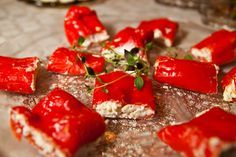 Fetafyllda spetspaprikor Healthy Dessert Recipes, Healthy Snacks, Snack Recipes, Vegetarian Dinners, Vegetarian Recipes, Tapas, Good Food, Yummy Food, Finger Foods
