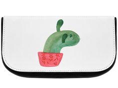 Kosmetiktasche Kaktus Mamamia aus Kunstfaser  Natur - Das Original von Mr. & Mrs. Panda.  Eine wunderschöne Kosmetiktasche von Mr. & Mrs. Panda mit getrennten Fächern und Reißverschlussfach an der Vorderseite. Sie ist strapazierfähig, schmutzabweisend und abwaschbar. Bedruckt mit unseren wunderschönen handgezeichneten Motiven. Das dargestellte Zubehör ist beispielhaft und nicht enthalten.    Über unser Motiv Kaktus Mamamia  Sommer, Sonne, Sonnenschein! Da darf natürlich der Kaktus nicht…