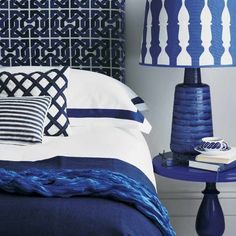 Mavi severler için, bu rengi yatak odasında da kullanmalarını tavsiye edebilirim. Gördüğümüz gibi beyazla mükemmel bir uyumu vardır. Mavinin koyu tonları tercih edip odanıza farklı bir h
