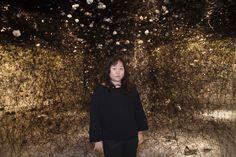 La artista Chiharu Shiota junto a 'In the beginning was...' (2015).