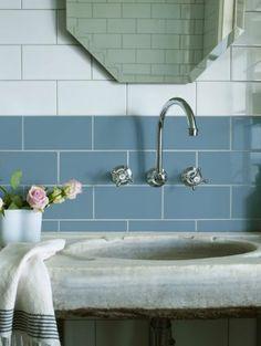 Relooker sa salle de bain à peu de frais grâce à des carrelages adhésifs