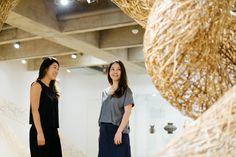 A Boobam na Japan House! A arquiteta Lea Yuko, do Design Kiiro, visitou o espaço a nosso convite e recuperou lembranças da infância ao ver as hélices de bambu, que brincava quando era pequena, numa das vitrines do centro cultural, recém-inaugurado na av. Paulista, 52. .Veja a matéria completa e mais fotos no nosso blog 👉🏻 blog.boobam.com.br #designbrasileiro #japanhousesp #reginagalvao #mobiliariobrasileiro #design #mobiliario #furniture #decoração #decor #homedecor