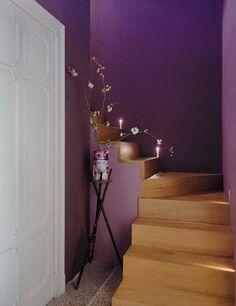 decoracin interior morado para decorar las escaleras se ha optado por pintar la pared y
