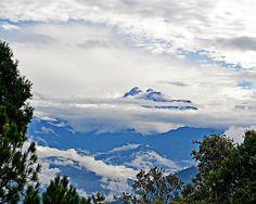 """Die Berge des Himalaya zeigen während der Monsunzeit nur selten ihre eisigen Gipel.  L. Seifert: """"Ausgangspunkt meiner Reisen durch Nepal war wie immer Kathmandu. Meine Reise 2011 nach Nepal brachten für mich einige Veränderungen in meinem eigenen Leben. Nun bin ich für einige Kinder mehr verantwortlich und suche auf vielerlei Wegen weitere Helfer.   Sie können helfen, entweder als Pate oder mit einem kleinen Beitrag. Es gehen wirklich 100% des Geldes an die Kinder. Es kann auch jeder zu den…"""