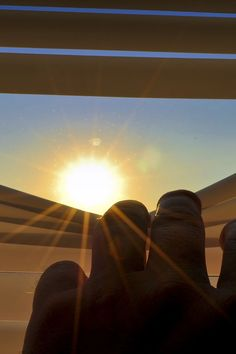 La protection solaire de l'habitat est une priorité l'été. Tandis que fenêtres et baies-vitrées apportaient en hiver une chaleur bienvenue, le soleil estival en fait l'un des premiers éléments de surchauffe de la maison. Stores et volets constituent une formidable barrière thermique. Notre guide pour limiter l'effet de serre. Et trouvez un professionnel près de chez vous pour installer des stores pour votre maison ou appartement. #store #travaux #devis #maison