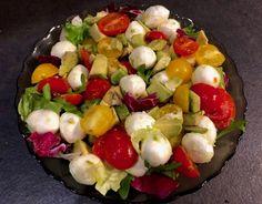 Sałatka z mozzarellą, awokado i pomidorkami - Blog z apetytem Mozzarella, Cobb Salad, Salads, Kitchen, Blog, Fit, Cuisine, Shape, Home Kitchens