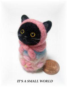 羊毛フェルト・猫マトリョーシカ 作品. Black cat wrapped in pink.