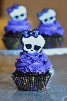 Monster High Cupcakes by A Little Sugary Goodness Monster High Cupcakes, Monster High Party, Tortas Monster High, Cumple Monster High, Monster High Birthday, Skull Cupcakes, Yummy Cupcakes, Cupcake Cookies, Purple Cupcakes