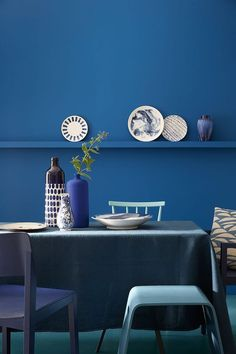 "Fifty Shades of Blue: hier ""Mazarine"", ""Marine Blue"", ""Air Force Blue"" und ""Ultra Blue"", alle von Little Greene. (Foto: Little Greene) Little Greene Paint Company, Blue Rooms, Blue Walls, Snorkel Blue, Air Force Blue, Blue Air, Blue Furniture, Kitchen Furniture, Blue Home Decor"